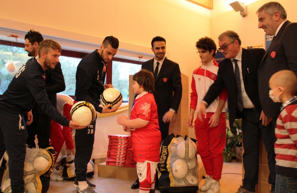 Il Perugia Calcio dona divise e palloni ai bambini